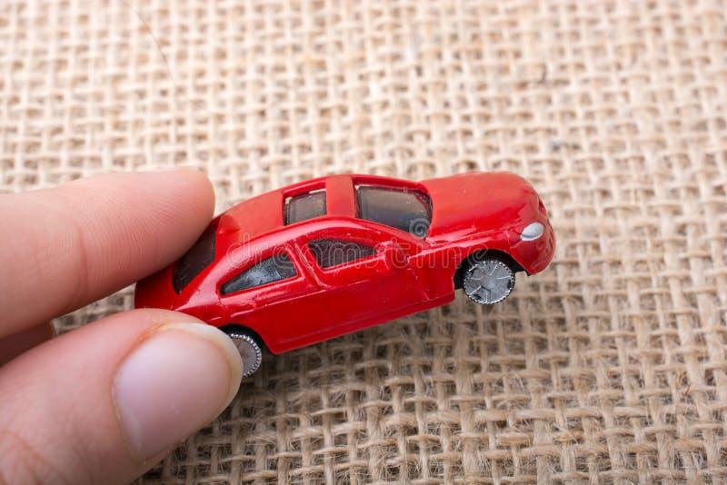 五颜六色的小的玩具汽车在手中 免版税库存图片