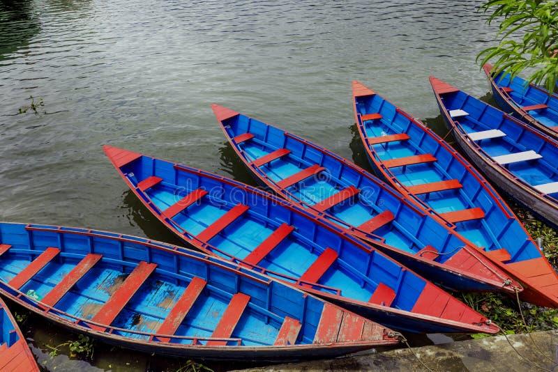 五颜六色的小船停车处在Phewa湖每好日子 免版税库存照片