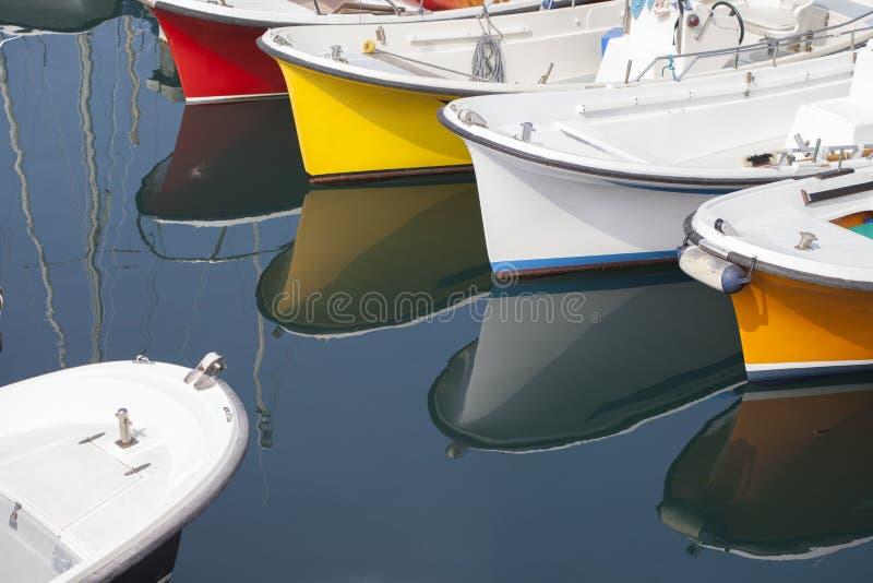 五颜六色的小船在小游艇船坞 库存照片