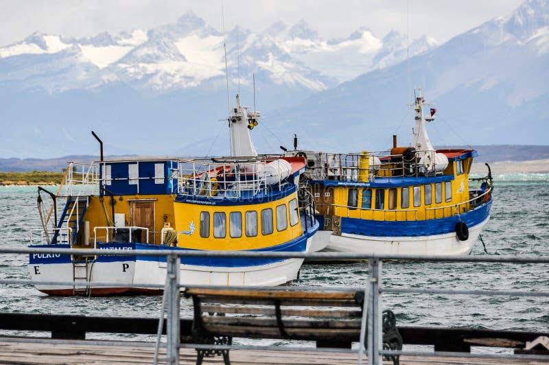 五颜六色的小船,纳塔莱斯港,巴塔哥尼亚,智利 免版税库存照片