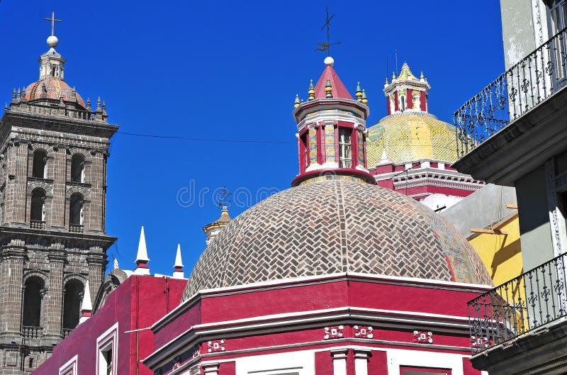 五颜六色的屋顶在普埃布拉墨西哥 库存图片