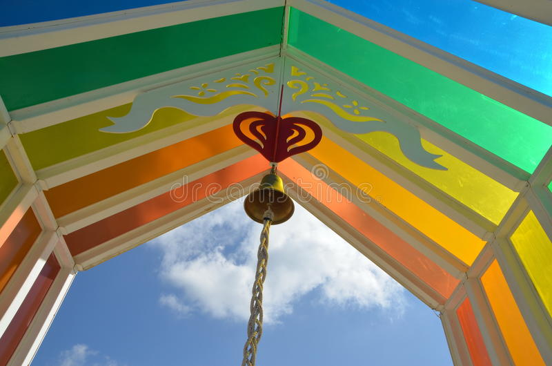 五颜六色的屋顶在蓝天下,在周末 免版税库存图片