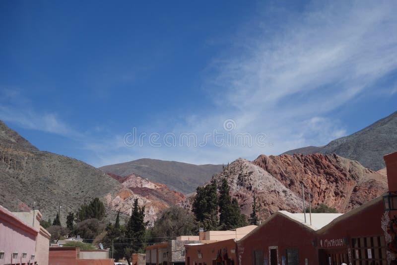 五颜六色的山-在阿根廷/noa,salta北部,jujuy 免版税库存图片