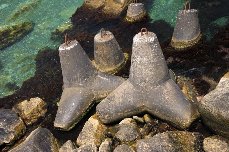 五颜六色的岩石groynes 库存照片