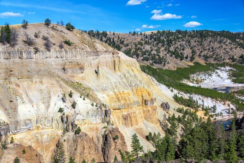 五颜六色的峭壁和黄石河 库存图片