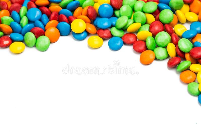 五颜六色的巧克力糖右上框架在白色背景的 图库摄影