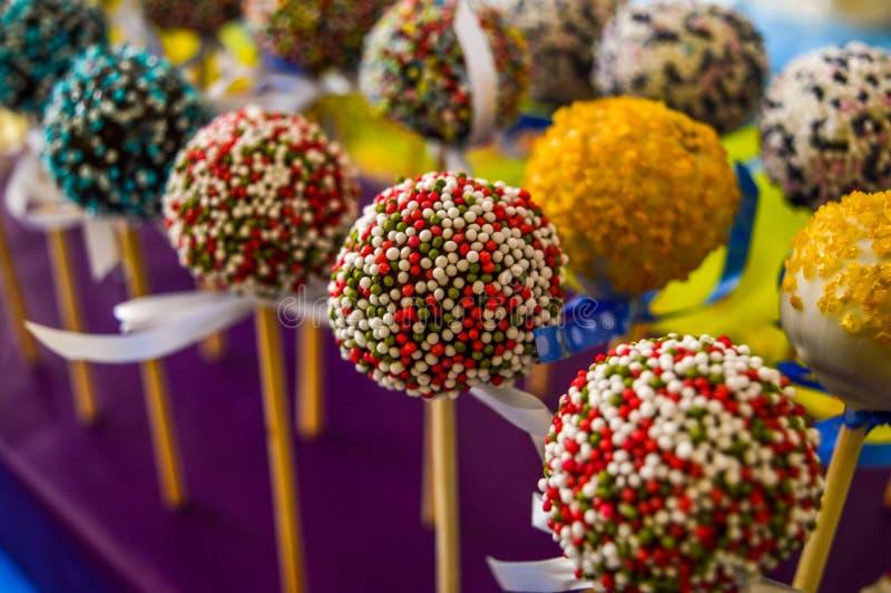 五颜六色的巧克力蛋糕流行音乐,装饰用弓 免版税库存图片