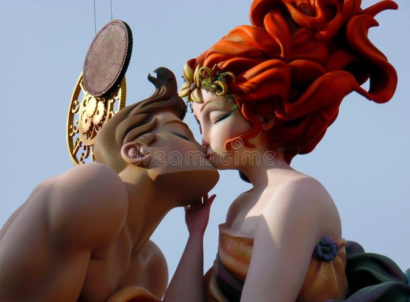 五颜六色的巨型纸型计算亲吻在巴伦西亚法利亚斯节日  ninots雕塑给亲吻在蓝天下 免版税库存照片