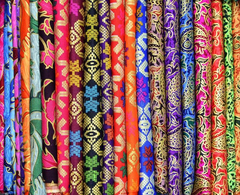 五颜六色的布裙待售在Ubud巴厘岛印度尼西亚艺术和工艺市场上  库存照片