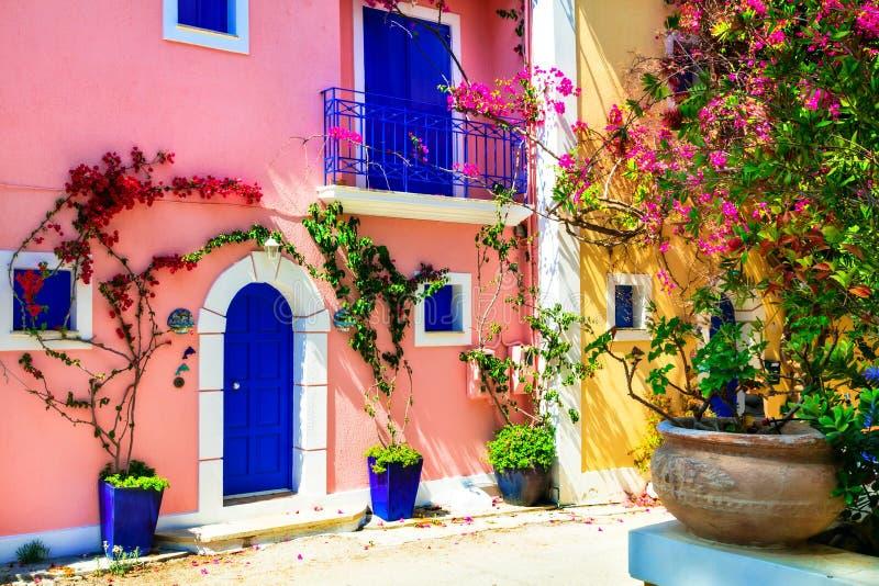 五颜六色的希腊系列- Assos村庄迷人的街道在Ke 免版税库存图片