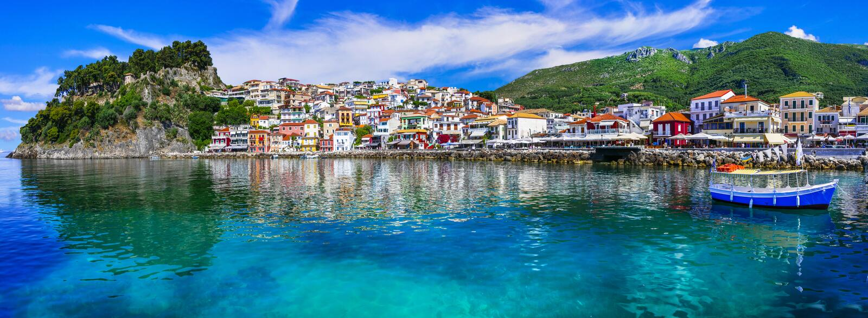 五颜六色的希腊-美丽的海滨城镇Parga 图库摄影
