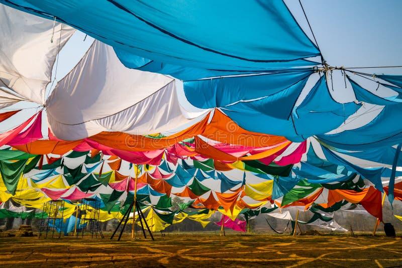 五颜六色的帐篷神色特写镜头从里面的在一好日子 库存照片