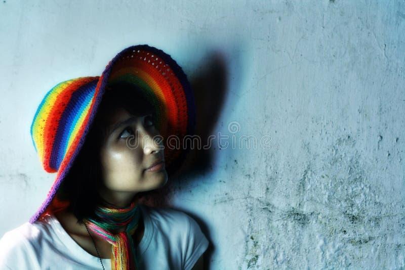 五颜六色的帽子佩带的妇女 免版税库存图片