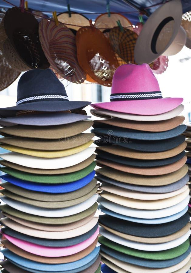 五颜六色的帽子土产市场otavalo 库存图片
