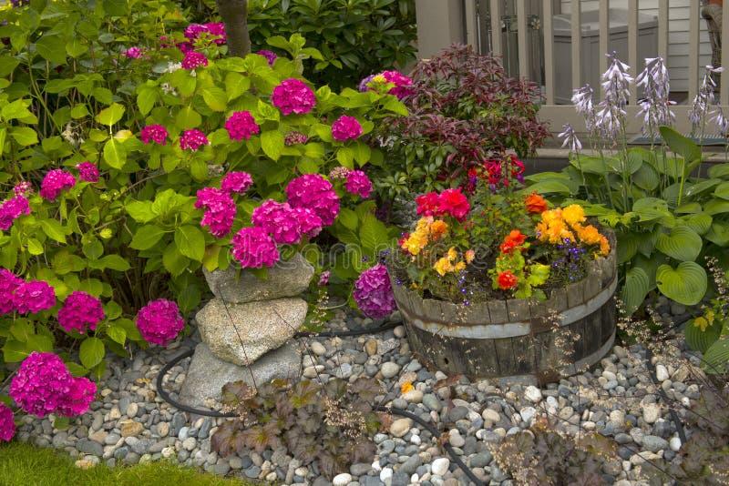五颜六色的庭院和假山庭园 免版税库存照片