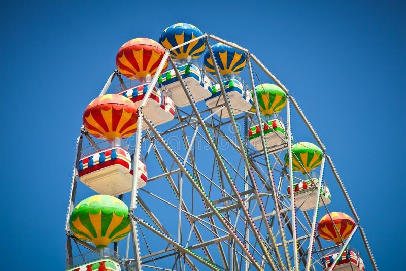 五颜六色的弗累斯大转轮特写镜头在生动的蓝天的 库存图片