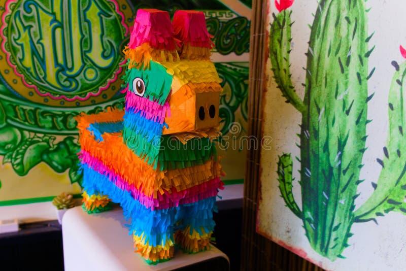 五颜六色的彩饰陶罐在墨西哥餐馆 库存照片
