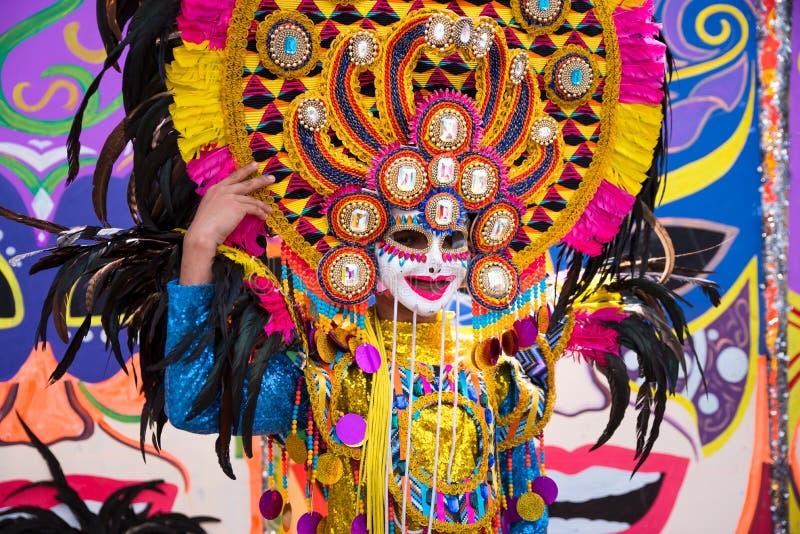 五颜六色的微笑的面具游行在2018年Masskara节日,Bacol的 库存照片