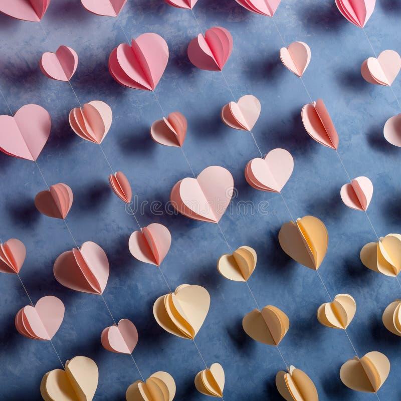 五颜六色的心脏裱糊垂悬在墙壁上的诗歌选 浪漫情人节背景 免版税库存照片