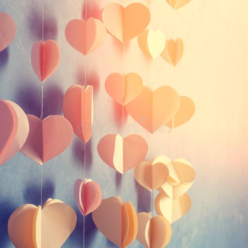 五颜六色的心脏裱糊垂悬在墙壁上的诗歌选 浪漫情人节背景 Instagram样式定了调子与拷贝spac的照片 库存图片