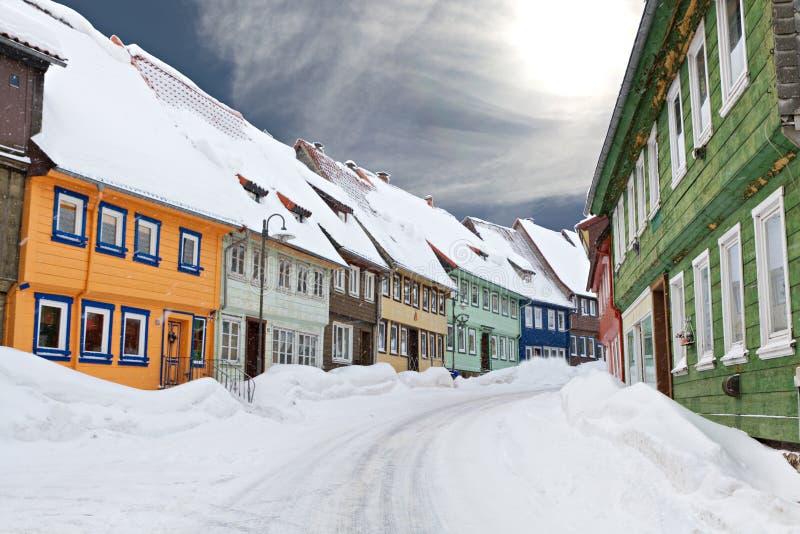 五颜六色的房子下了雪木 免版税库存图片