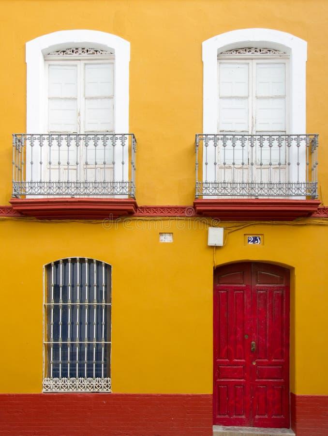 五颜六色的房子前面在塞维利亚在西班牙 库存图片