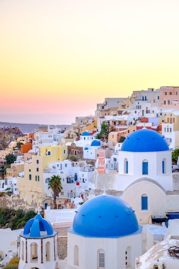 五颜六色的房子和蓝色圆顶风景看法在日落 免版税库存照片