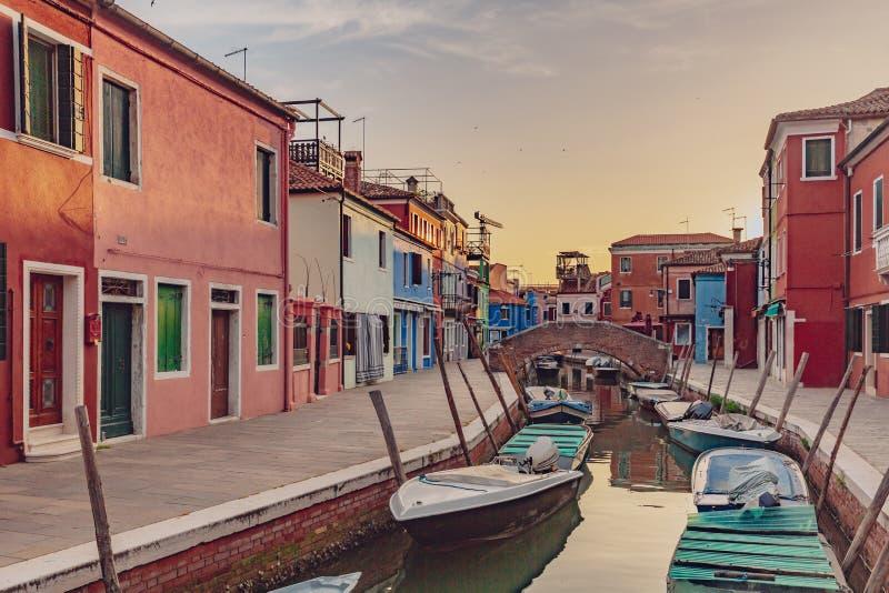 五颜六色的房子和街道由运河在Burano,Ve海岛上  库存图片