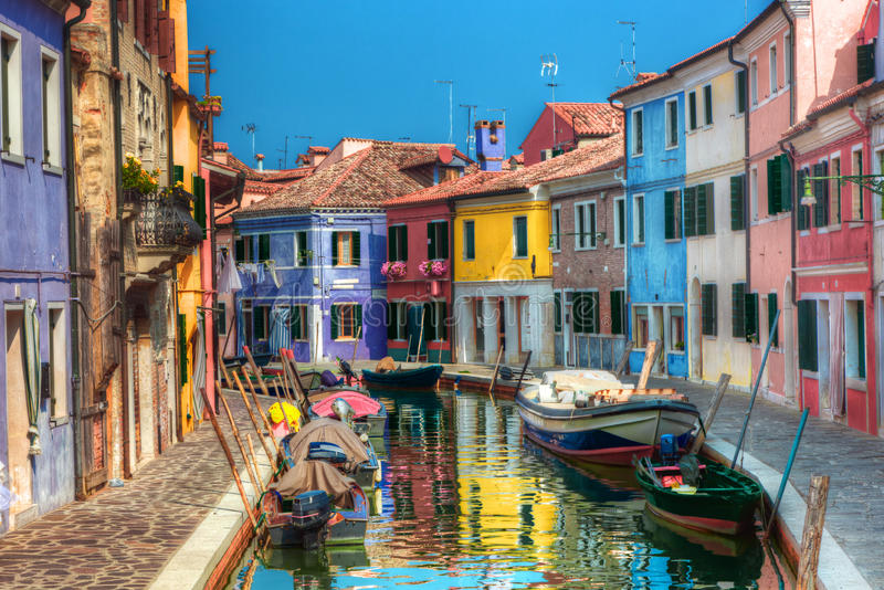 五颜六色的房子和运河在Burano海岛上,在威尼斯附近,意大利。 免版税图库摄影
