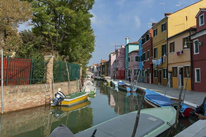 五颜六色的房子和运河在Burano海岛上 免版税库存照片