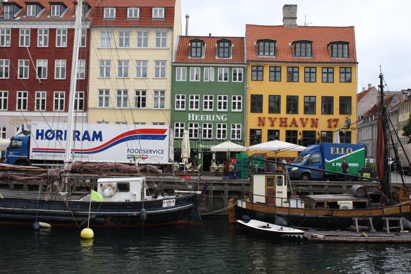 五颜六色的房子和水运河 免版税库存图片