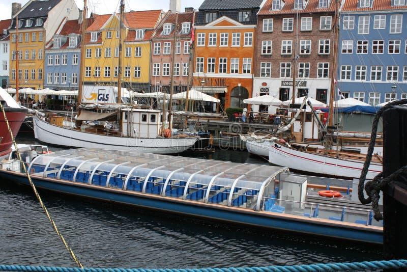 五颜六色的房子和水运河 免版税图库摄影
