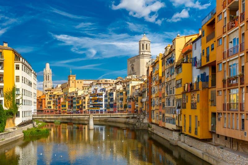 五颜六色的房子在希罗纳,卡塔龙尼亚,西班牙 免版税库存照片
