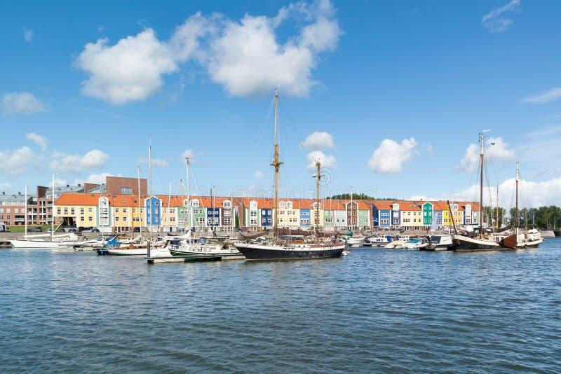 五颜六色的房子在港口赫勒富茨劳斯,荷兰 免版税库存照片