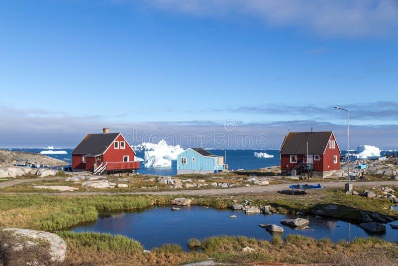 五颜六色的房子在Qeqertarsuaq,格陵兰 免版税库存照片