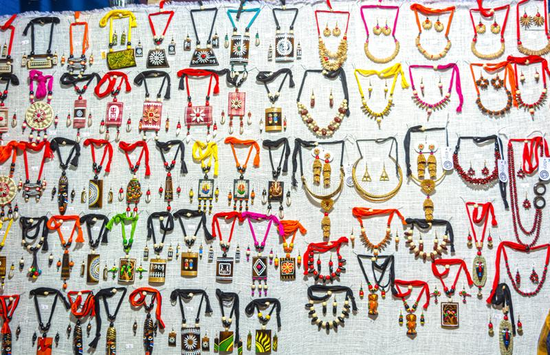 五颜六色的手工制造各种各样的时髦的首饰项链和耳环装饰品 库存照片