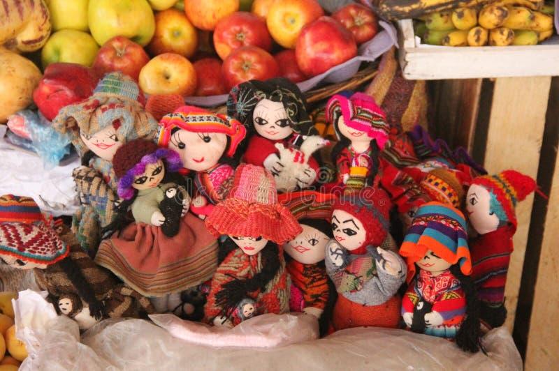 五颜六色的手工制造玩偶待售 免版税库存图片