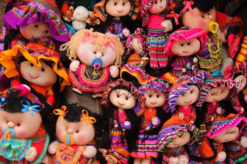 五颜六色的手工制造玩偶待售 图库摄影