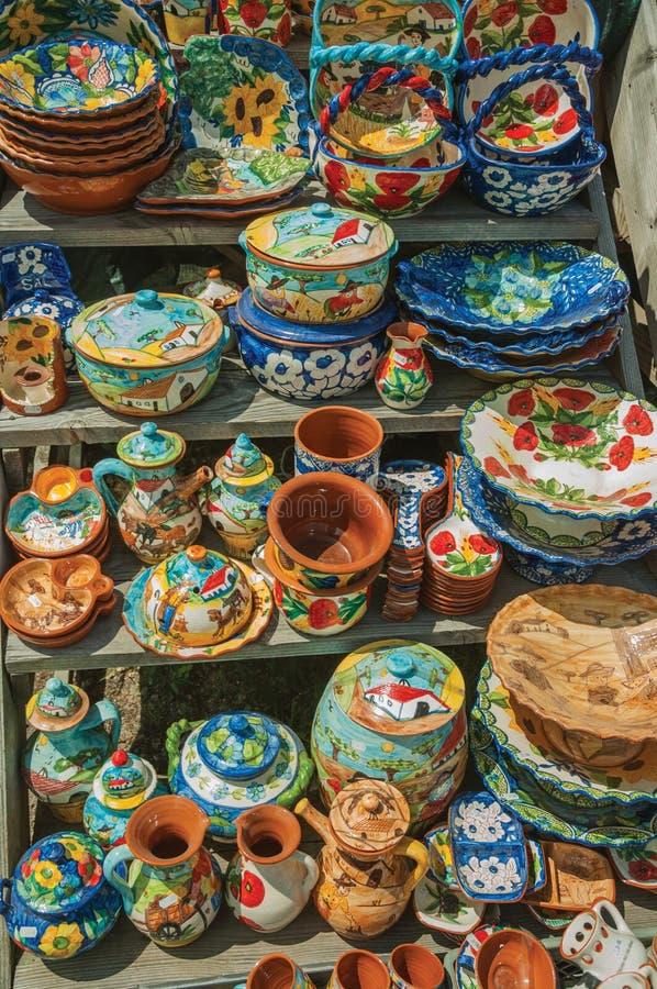 五颜六色的手工制造瓷罐和盘 库存照片