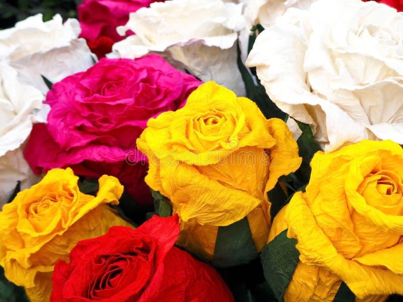 五颜六色的手工纸玫瑰 免版税库存照片