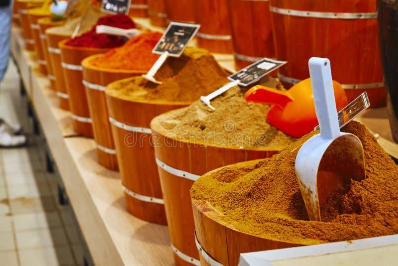 五颜六色的摩洛哥调味料在商店 免版税库存图片