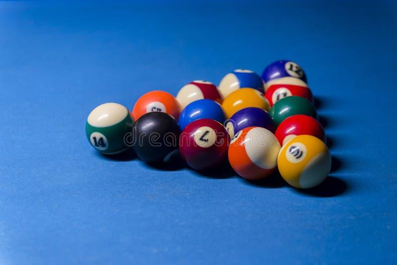 五颜六色的撞球 撞球在蓝色桌上 五颜六色 免版税图库摄影