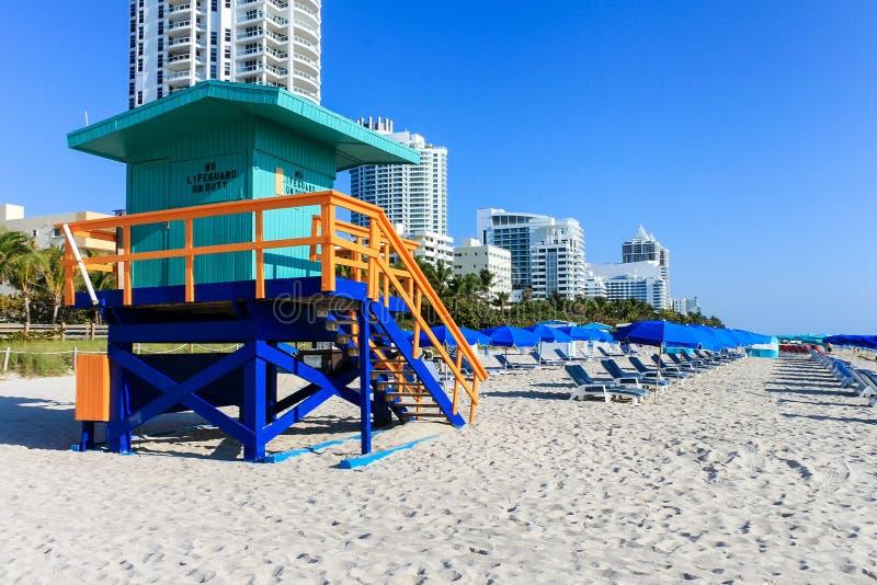 五颜六色的救生员塔,地平线,与天空蔚蓝的海岸线在好日子 与救生员塔的海滩 安全的游泳 免版税库存照片