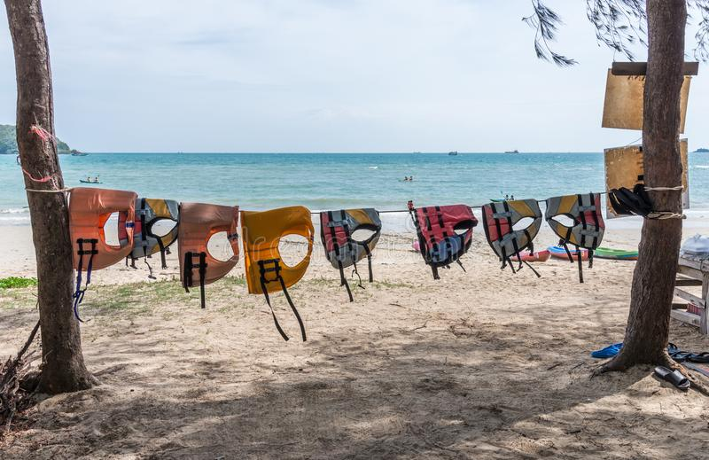 五颜六色的救生衣在绳索垂悬 库存照片