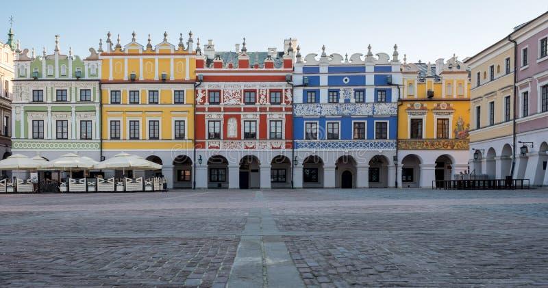 五颜六色的新生大厦全景照片在历史的巨大集市广场在Zamosc在东南波兰 库存图片
