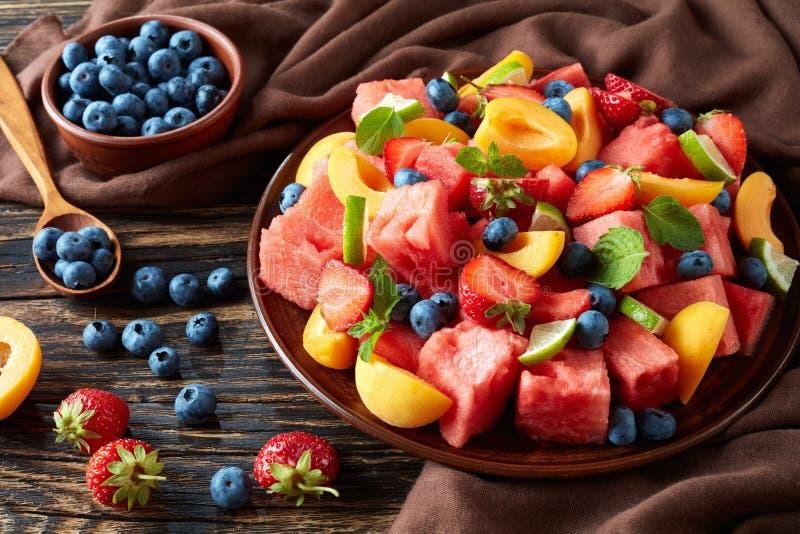 五颜六色的新鲜水果沙拉,顶视图 免版税库存照片