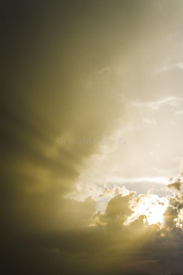 五颜六色的日出、日落云彩和太阳光芒 自然,背景,风景 免版税图库摄影