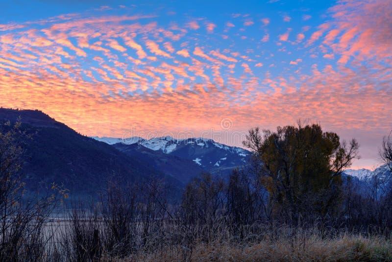 五颜六色的日出以在里奇韦附近的看法山愤怒,颜色 免版税图库摄影