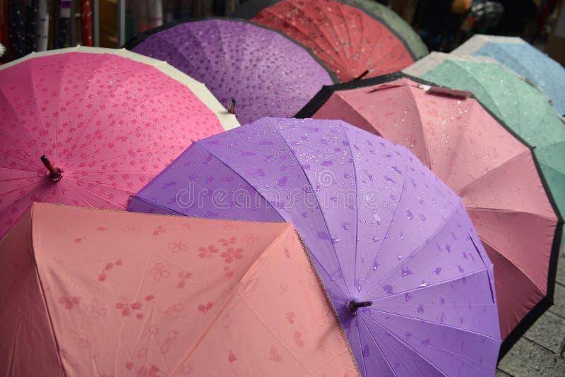 五颜六色的日本样式伞 免版税库存照片