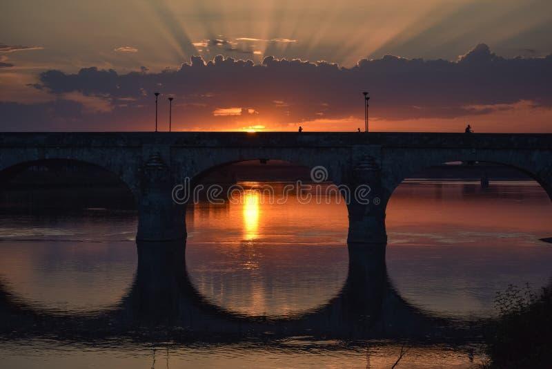 五颜六色的日落在城市 光通过云彩 库存照片